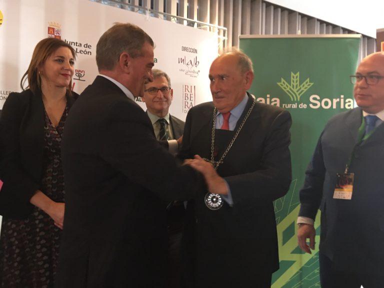 """Edmundo Bayón recibe de Pablo Martín, Presidente de la Asociación Nacional de Sumilleres, el galardón de """"Catador de honor"""""""